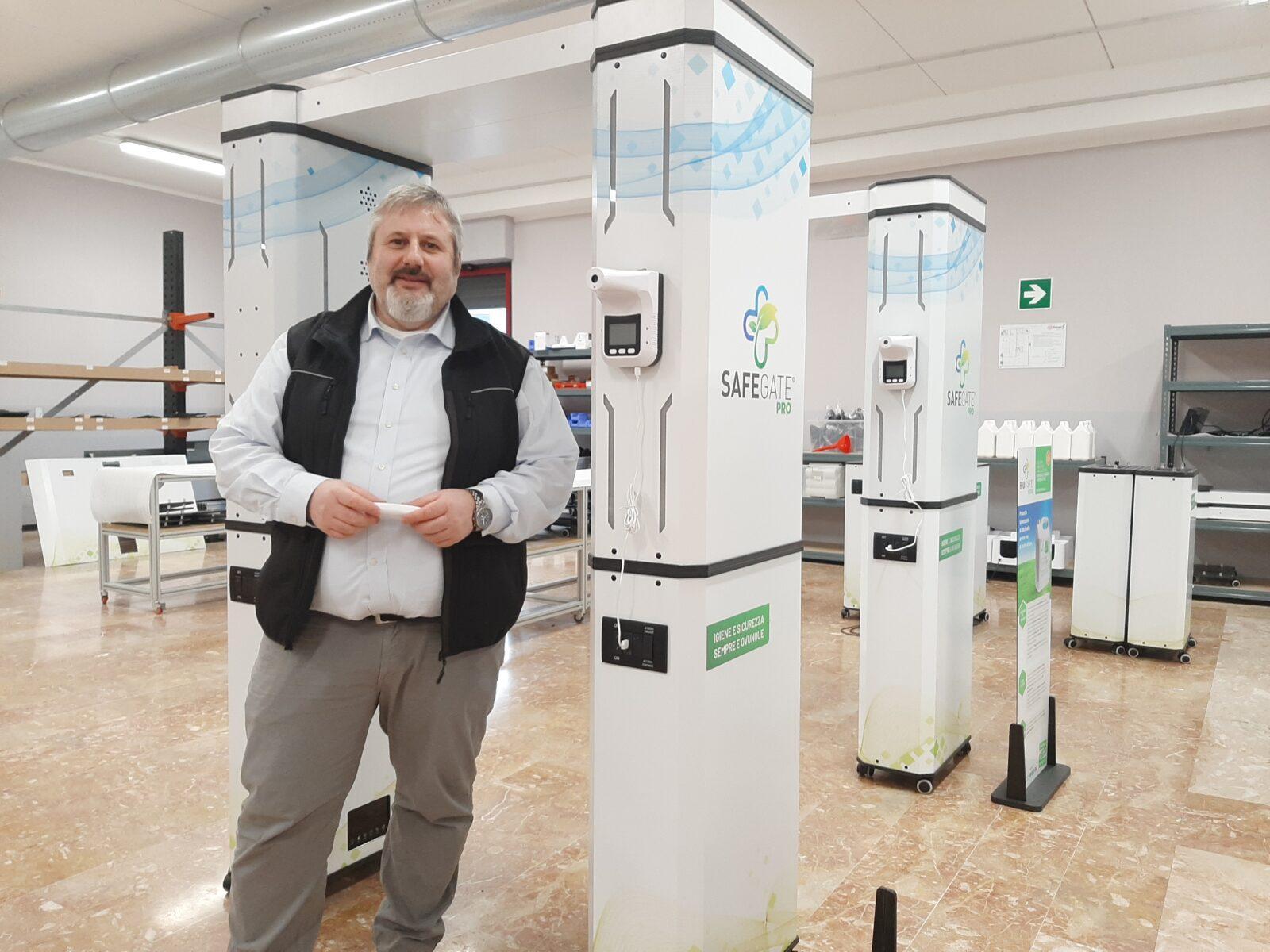 L'imprenditore Davide Catalano vicino alla sua ultima creazione, Il tunnel igienizzante SAFEGATE® PRO